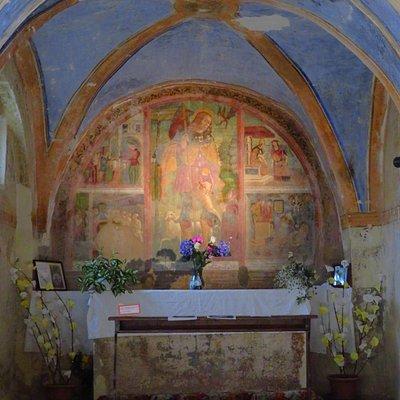 Sembrerebbe l'abside della chiesetta (anche per l'unico altare presente), ma probabilmente è una cappella