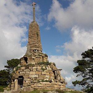 Le Calvaire au bourg de Trégastel domine la commune, érigé en 1872 par la volonté de l'abbé Bouget recteur de Trégastel à cette période.  Sur l'arrière les sentiers de randonnées vers la vallée des Traouiero et l'église saint Laurent au bourg de Trégastel.