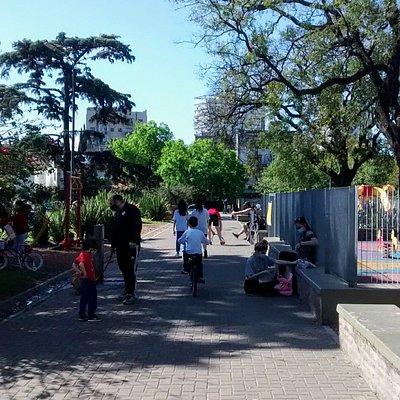 Sendero de Plaza 25 de Agosto: Barrio Villa Ortùzar, Ciudad de Buenos Aires- Argentina 2020.