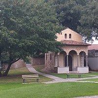 In bella mostra in centro del paese porticato di pregio fabbricato circondato dal verde urbano in stile liberty.
