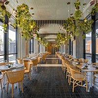 地道的粤式风味,佐以一系列精 选中式茗茶及名酒,传承粤菜文 化精髓。宁静优雅又富有现代感的室内设计,让美馔体验倍感独 特难忘。