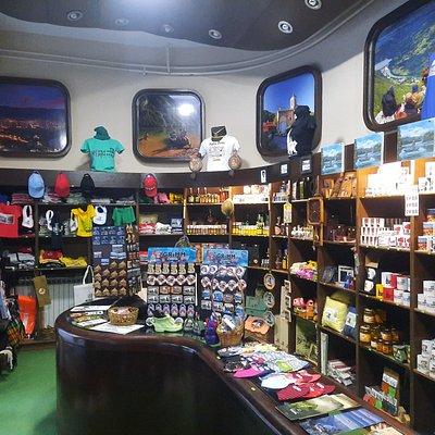 Изузетан избор сувенира у сувенирници у оквиру Туристичког инфо центра Бајина Башта.