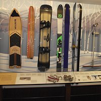 NH – NORTH CONWAY- N.E. SKI MUSEUM – SKIS & BOARDS