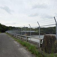 天端は車も通る事ができますが、ダム湖側はフェンスに覆われてしまい、少しダム湖は見えづらいです。