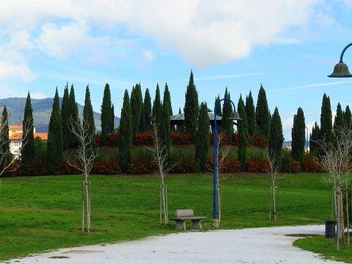 La collinetta del parco, a cui si accede con un vialetto che costeggia una bella siepe e che sale a tortiglione