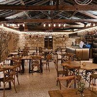 Sala interior, antigüa bodega restaurada a su forma original, con decoración moderna.