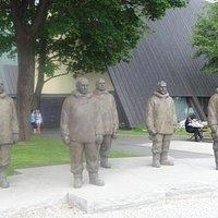 Скульптурная композиция полярной команде Р. Амундсена, полуострове Бюгдой, Осло