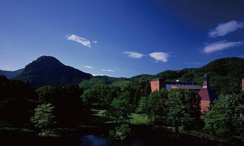 ニッカウヰスキー宮城峡蒸溜所は緑に囲まれた自然とともにウイスキーを育んでいます。