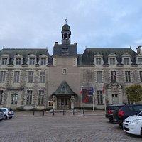 L'hôtel-de-ville (ancienne abbaye)