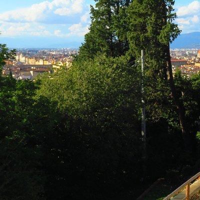 Panorama verso la città dal belvedere (in parte impedito dalle piante)