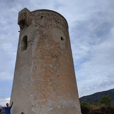 TORRE DE MARO. CRÓNICAS VIAJERAS. Magnifica está señera torre vigía del siglo XVI que pretendía controlar el acceso de los piratas que venían a subvertir las vidas de los pescadores y ganaderos. Este sistema defensivo ya encuentra sus orígenes en África desde el siglo VIII