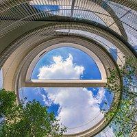 1층 작은 중정에서 지름 10.5m의 원형 구조를 통해 하늘을 바라 볼 수 있는 독특한 구조의 통의동 브릭웰.