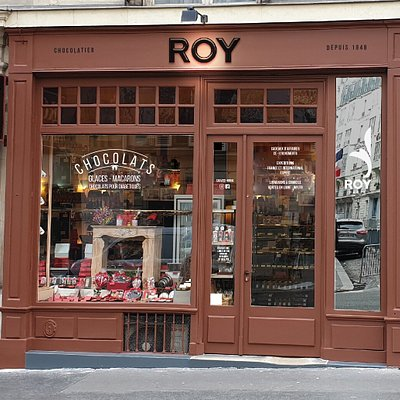 Bienvenue dans notre magasin, venez déguster nos chocolats, macarons, confitures et autres gourmandises ! Welcome to our very typical Parisian shop! Please come to taste our chocolates, macaroons, jams and a lot of other delicious products.
