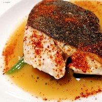 Trancio di spigola, zuppa di pesce liquida, peperone crusco, peperoncini verdi dolci