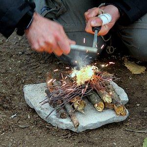 Accensione del fuoco con tecniche e strumenti di circostanza Il fuoco è un elemento estremamente importante in caso di sopravvivenza.