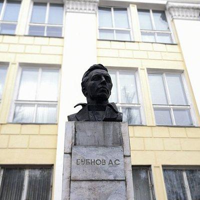 На фоне стен медицинской академии Иваново