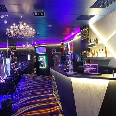 Sală de jocuri Las Vegas Games – Braşov, Egretei (La Strada Mall) – aparate slot machines, gambling, casino, sloturi, păcănele, jocuri de noroc, ruletă, jackpot-uri, pariuri sportive, cafenea, bar, băuturi din partea casei, tombole, premii cash, distracţie şi multe surprize