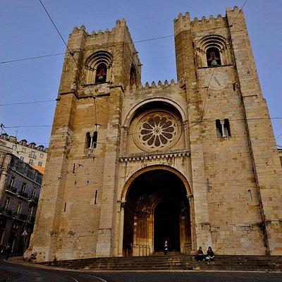 A Sé Patriarcal de Lisboa, ou Basílica de Santa Maria Maior, é a igreja mais antiga da atual capital portuguesa: edificada no século XII, sofreu inúmeras intervenções ao longo do tempo, nomeadamente após o terremoto de 1755. É um monumento de enorme valor histórico, arquitetónico, religioso e espiritual que vale a pena conhecer melhor.