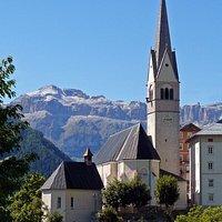 La chiesa con lo sfondo del Sella