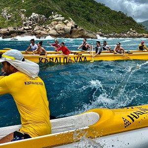 Passeio na região da Barra da Lagoa. As canoas havaianas são embarcações oceânicas seguras e fáceis de navegar.