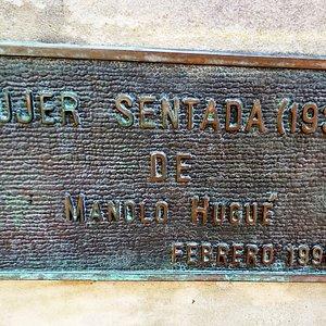 Placa informativa, Mujer sentada, Oviedo