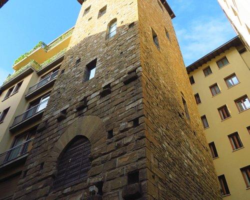 La Torre dei Barbadori (delle 2 torri di questa famiglia che si trovano in Borgo San Jacopo, questa è la più alta e sta proprio davanti alla Torre dei Belfredelli)