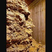 sopralluogo geologico nel 2012 - il muro esterno e le pareti della grotta