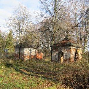 От усадебного парка сохранились подъездная аллея,часовня и церковная сторожка,построенные в 1825 г.князем А.А.Щербатовым.
