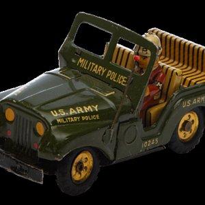 """Jeep Marusan  Este Jeep Marusan (1950) representa el inicio de la colección de juguetes del Tío Temo, ya que lo recibió a los 5 años de edad.  Se sabe que en la época de su fabricación hubo una conexión particular entre los niños y los juguetes de guerra para mostrarla con una """"cara amable"""", porque los veteranos se veían como héroes y también fueron impulsores de nacionalismos."""