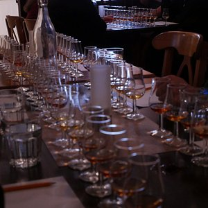 Häng med vår Tunnbindarmästare Johan Thorslund och dyk djupare in i kunskapsträsket genom att blint prova åtta olika whisky som alla är lagrade av oss på Thorslundkagge. Destillatet är lagrat på tunnor av svensk ek såklart men med olika volymer, rostningsgrader/kolad och lagringstider. Om du inte känner någon skillnad då är du den första! Det här är ingen vanlig provning men det kanske ni redan gissat! Whiskyprovningen är ca 90 minuter och kan med fördel kombineras med vår guidade visning.