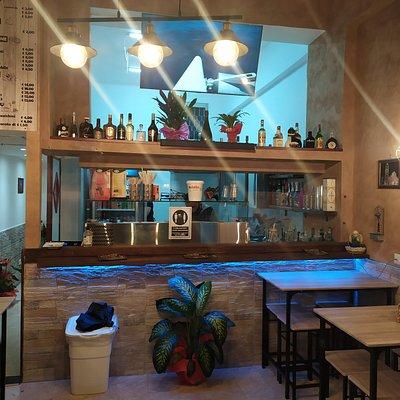 MIdnight pub , locale con posti a sedere e ampio assortimento di cibo e alimenti