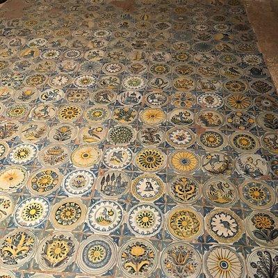 Interno della Grotta di Sant'Oronzo. Altare settecentesco e pavimento di forma quadrangolare costituito da 238 mattonelle in maiolica.
