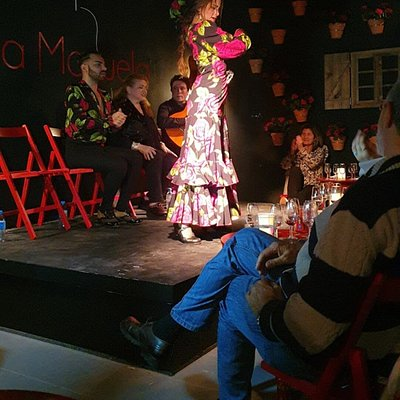 Desde cualquier sitio sientes el escenario. Pequeñito pero concentrado con flamenco gitano de gran clase y estilo actual.