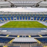 Widok na arenę główną z punktu widokowego umieszczonego na wysokości 26 metrów licząc od poziomu murawy.