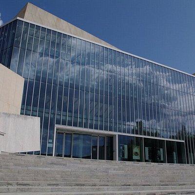 Nowoczesny gmach Filharmonii jest ważnym punktem na mapie miasta.