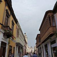 Camino hacia la Iglesia de San Francisco.  Primera cuadra del Jirón Ancash. Distrito de Lima.