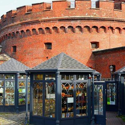 Калининград. Янтарная ярмарка у стен башни Дона