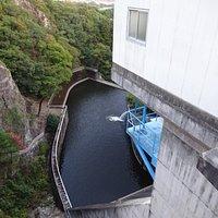 堤高43.5m、堤頂長97.0mのダムで重力式アーチダムというタイプのダムです。