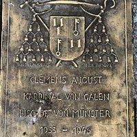 Bronzeplatte im Sockel