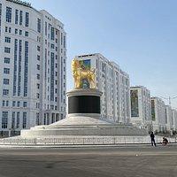 Monument au carrefour de deux nouvelles rues