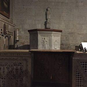 Facciata e fonte battesimale del '600