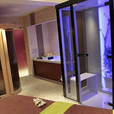 Voici notre espace aquatique composé d'un bain hydromassant bi-place, d'un hammam moderne et d'un sauna. Cet espace est systématiquement privatisé.