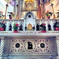 Altare maggiore della chiesa del SS. Sacramento a Casoria.