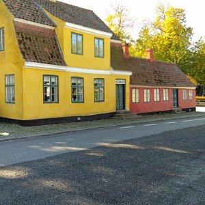 Skt Bendts kirke ligger lige bagved disse to fine huse, det ældste fra 1700-tallet