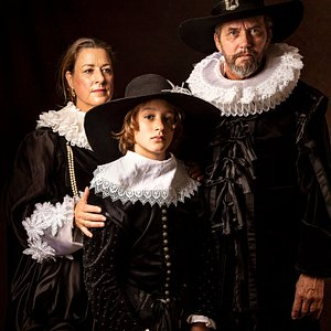 A family portrait? No problem! Just choose one of the dozens of beautiful tailor-made outfits and pose like a nobleman.
