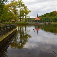 Светлогорск. Озеро Тихое. Парк творчества Муза.Вид на беседку и зону игр и развлечений