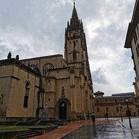 """Catedral y estatua de Alfonso II """"El Casto""""."""