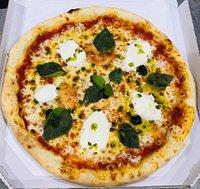 Vous avez envoyé il y a quelques secondes La Pizza Montolivet vous propose des recettes originales aux saveurs inédites. Nos pizzas sont faites à base des produits frais et de qualité . Pâte à l'huile d'olive Fabrication artisanale Ouvert 7/7 de 18h à 22h Commandez au 0491707870