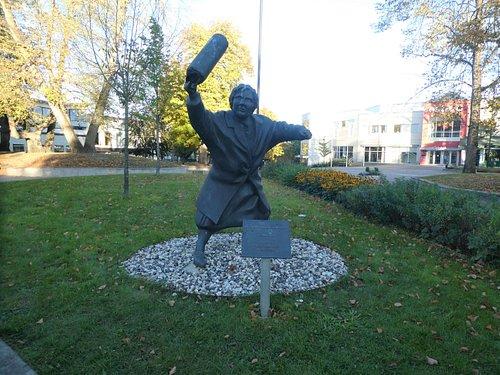Statyn ''Med handväskan som vapen'' i Alingsås