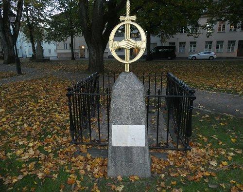 Jonas Alströmers grav och Götiska Minnesmärke i Alingsås